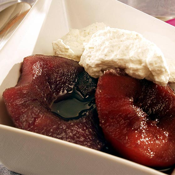 Apples boiled in red wine with cardamom cream
