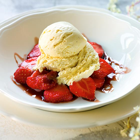 Ice-cream with red wine syrup