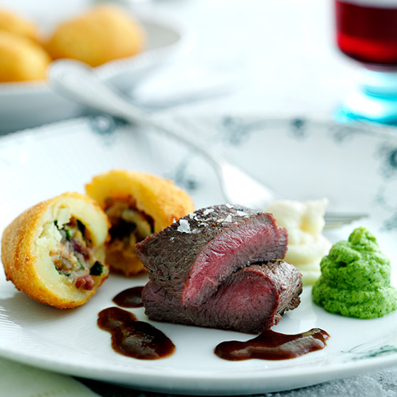 Fillet of lamb with creamed cauliflower and broccoli, stuffed potatoes and thyme gravy